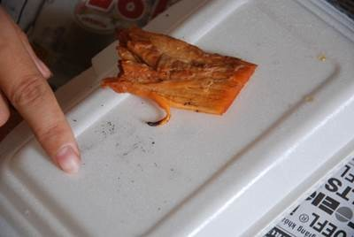 Muội than nhỏ xuống từ miếng thịt giống hệt như khi đốt cao su hay nhựa ni lông