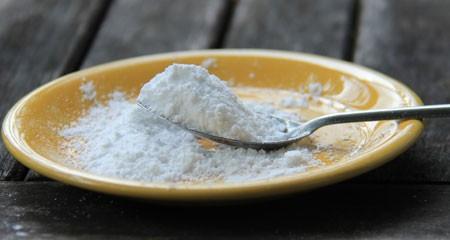 Phụ gia làm bánh mì chứa nhiều chất như: emulsifiers, oxidant, enzyme, flour, gluten... Ảnh: Thu Vân