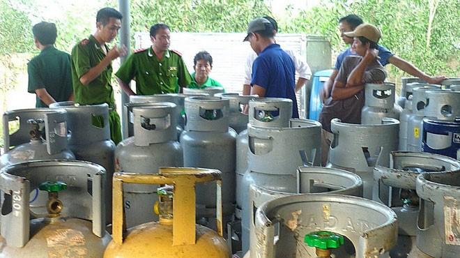 Cảnh sát kiểm tra 1 lò sản xuất gas dởm