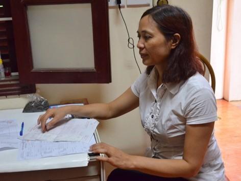 """Chị Hoàng Thị Nguyệt trao đổi về những hệ quả của việc các mẫu xét nghiệm huyết học bị """"nhân bản"""". Ảnh: N.C.Khanh"""