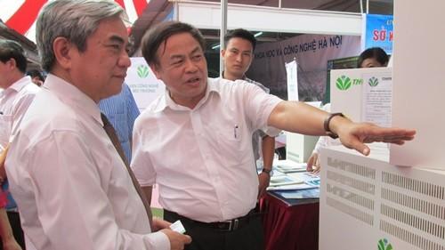 PGS.TS Nguyễn Hoài Châu, Viện trưởng viện CN môi trường (trái) đang giới thiệu với Bộ trưởng Nguyễn Quân về các máy lọc không khí của Việnị làm.