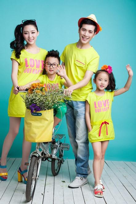 Những bộ quần áo đồng chất, đồng mầu cho gia đình vừa thời trang lại vừa gắn kết tình cảm gia đình. Ảnh: H. N