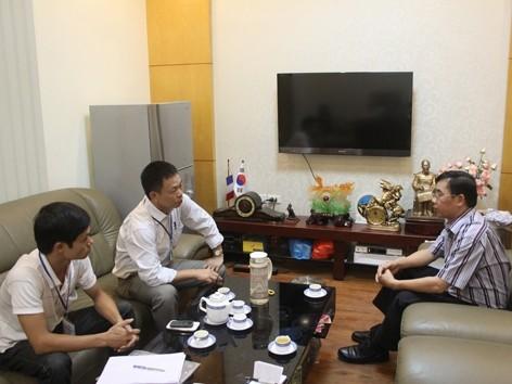 Giám đốc Sở Y tế Hà Nội (phải) trả lời phỏng vấn báo Tiền Phong