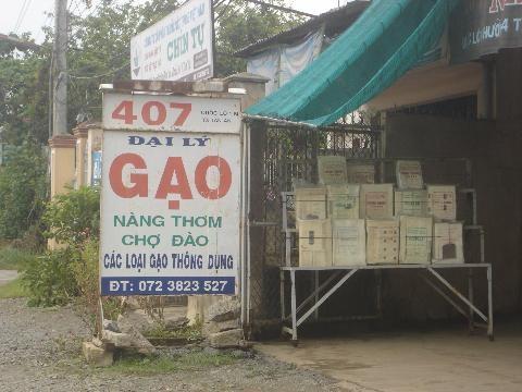 Tràn lan các cửa hàng rao bán gạo Nàng Thơm Chợ Đào (Ảnh minh họa)