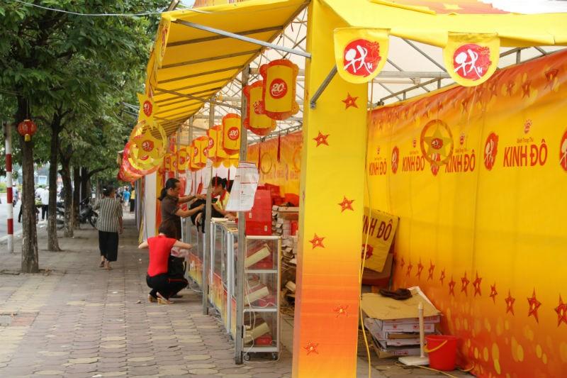 Bánh trung thu Kinh Đô cũng đang áp dụng mức chiết khấu lớn cho người mua hàng. Ảnh: N. Nam
