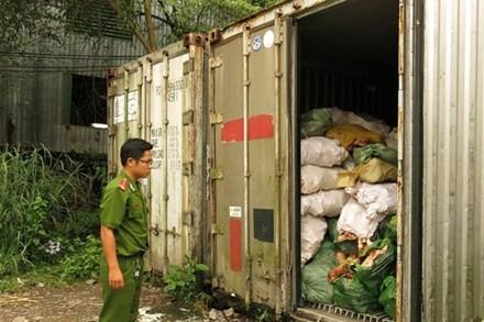 Container xương thối vừa phát hiện tại phường Tân Bình (thị xã Dĩ An).