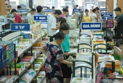 Các siêu thị, nhà sách hiện đều giảm giá cho học sinh trước ngày khai giảng. Ảnh: Hà My.