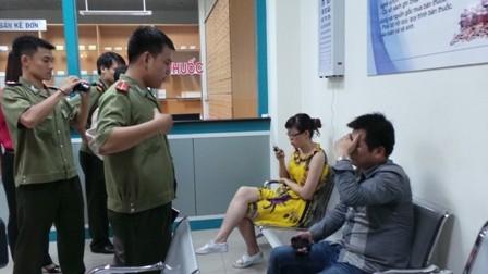 Hai người Trung Quốc trốn trong tollet bị phát hiện