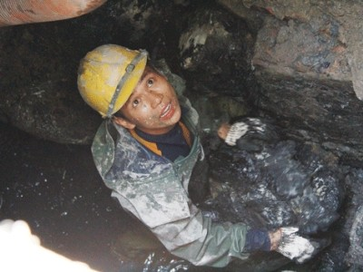 Công nhân nạo vét cống ngầm thu nhập chỉ 4-5 triệu đồng/tháng trong khi Giám đốc Cty thoát nước đô thị TPHCM lĩnh lương trên 200 triệu đồng/tháng. ảnh: trường phong.