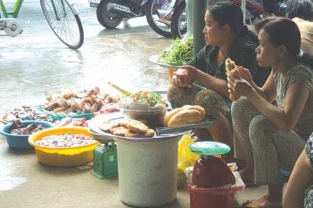 Nội tạng luộc bán chung với hàng cá.