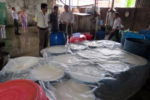 Cơ quan chức năng kiểm tra một cơ sở sản xuất bún tươi ở huyện Diên Khánh (Ảnh: báo Khánh Hòa)
