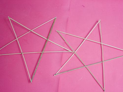 Tạo 2 ông sao bằng các thanh tre đã vót sẵn, bằng nhau, buộc chặt thành hình ông sao. Ảnh minh họa