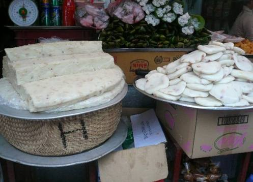 Bánh đúc ở các cổng chùa, lễ hội đều không được che đậy