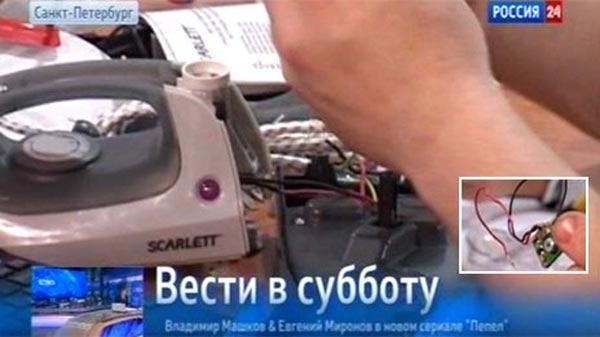 Con chip được lấy ra từ chiếc bàn ủi có xuất xứ Trung Quốc. Ảnh cắt từ clip của kênh truyền hình Rossiya 24 - Nga
