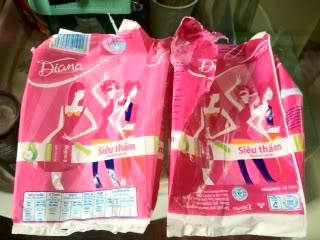 Băng vệ sinh Diana giả (phải) có màu nhạt hơn hàng chính hãng (trái)