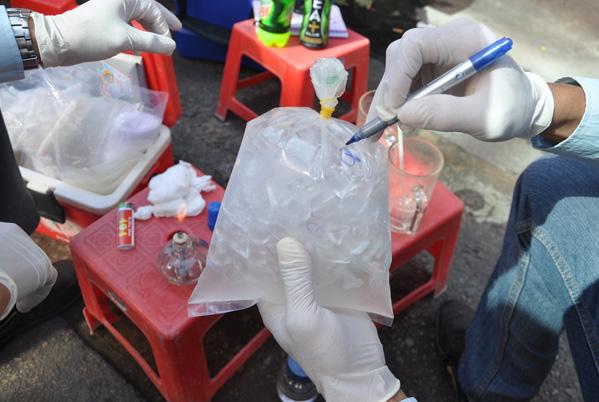 Cả 5 mẫu nước đá viên đều nhiễm khuẩn - Ảnh: Thanh Tùng