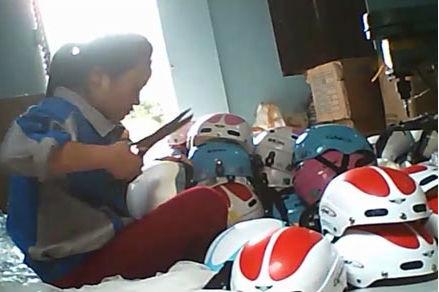 Lắp ráp mũ bảo hiểm thủ công tại Bắc Ninh ( Ảnh Thanh Niên)