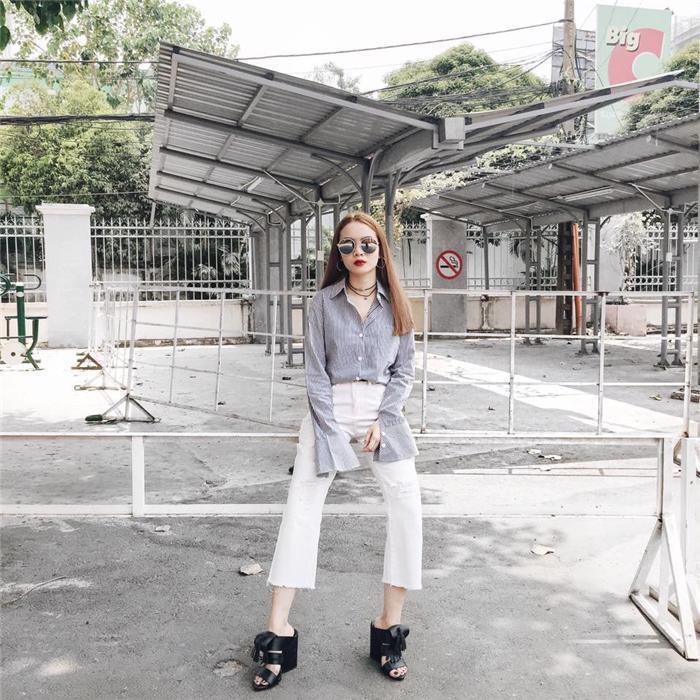 Diện sơ mi tay bồng cùng quần cạp cao gam trắng và sandals lạ mắt đã giúp Yến Trang khẳng định được gu thẩm mỹ táo bạo