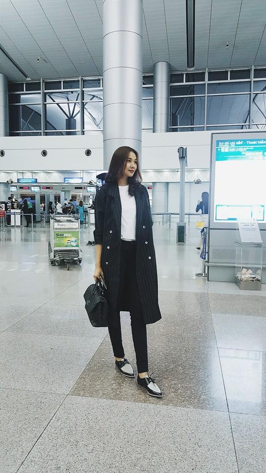 Thanh Hằng lại trở nên dịu dàng, nữ tính khác thường khi diện áo thun trắng mix cùng quần skinny, giày oxford, sơ mi dáng dài và túi xách Chanel.