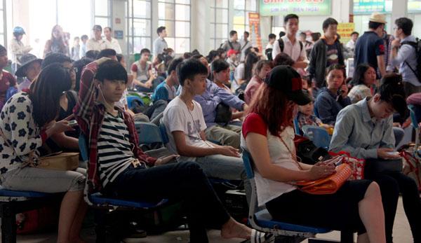 Nhiều hành khách đợi mua vé ở bến xe Mỹ Đình