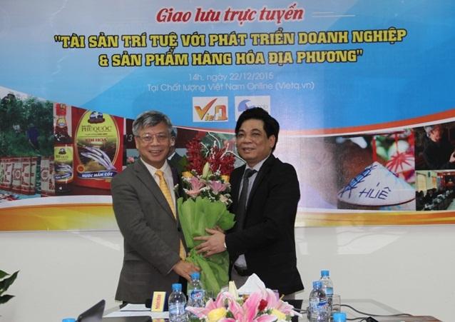 Ông Trần Văn Dư - Tổng biên tập Chất lượng Việt Nam online (VietQ.vn) tặng hoa Thứ trưởng, kiêm Cục trưởng Cục Sở hữu trí tuệ Trần Việt Thanh