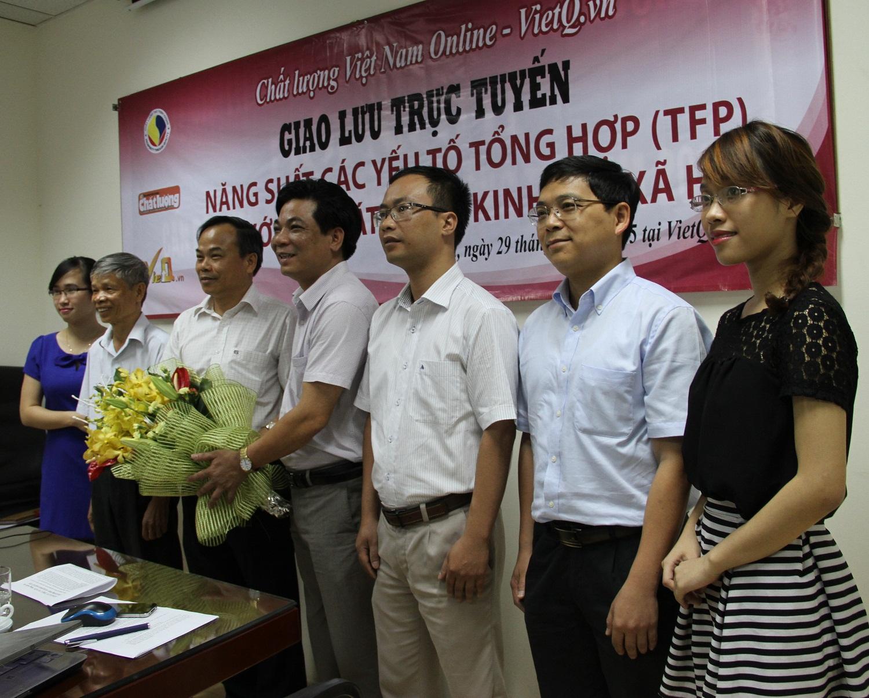 Tổng biên tập Chất lượng Việt Nam (VietQ.vn) Trần Văn Dư (đứng giữa) tặng hoa cho khách mời tham gia Giao lưu trực tuyến