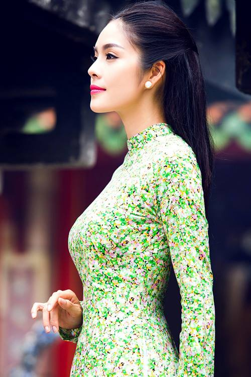 người đẹp làng phim Việt diện áo dài họa tiết hoa đồng nội nhỏ nhắn xinh xắn, phối cùng là quần tông đỏ, tiệp với tổng thể.
