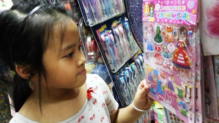 Hiểm họa vô sinh từ miếng dán đồ chơi Trung Quốc