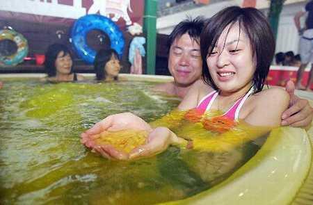 Tại một khu suối nước nóng ở Hakone thuộc tỉnh Hanagawa, Nhật Bản, người ta cho bột cà ri vào trong bể nước. Theo nhân viên ở đây cho biết, cách tắm cho cà ri vào trong nước này có tác dụng cải thiện tuần hoàn máu và bảo vệ da.