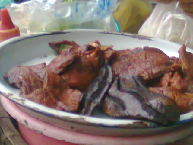 Những miếng bò khô, gan được tẩm ướp bằng hương liệu