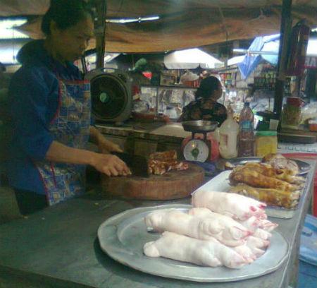 Móng giò trắng bất thường được bán ngoài chợ
