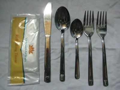 Bộ dao dĩa in dập nổi logo của Vietnam Airlines được rao bán với giá chỉ 25.000 đồng
