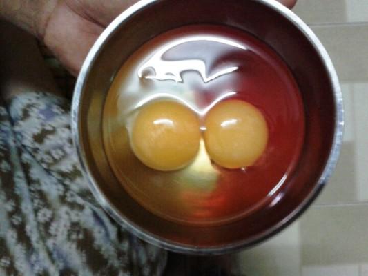Quả trứng có màu khác lạ khi được đập ra bát