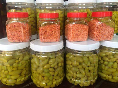 Những hộp nho ngâm được bán kèm muối ớt đang trở thành món