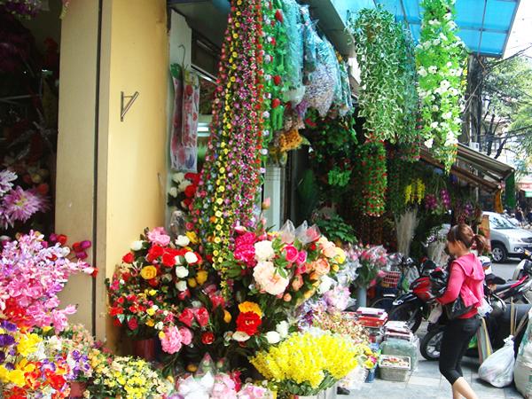 Hoa và dây leo nhựa, bán lác đác ở các phố ngoại thành Hà Nội