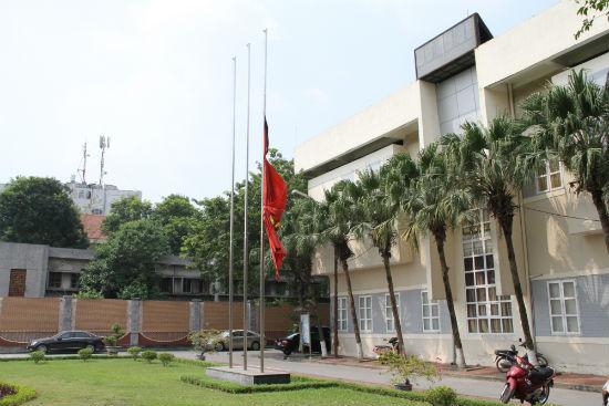 Treo cờ rủ để tang Đại tướng Võ Nguyên Giáp