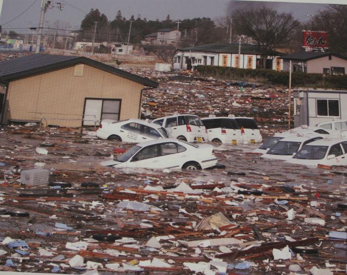 Hình ảnh tan hoang sau sóng thần, hàng ngàn chiếc ô tô trôi nổi trên dòng nước
