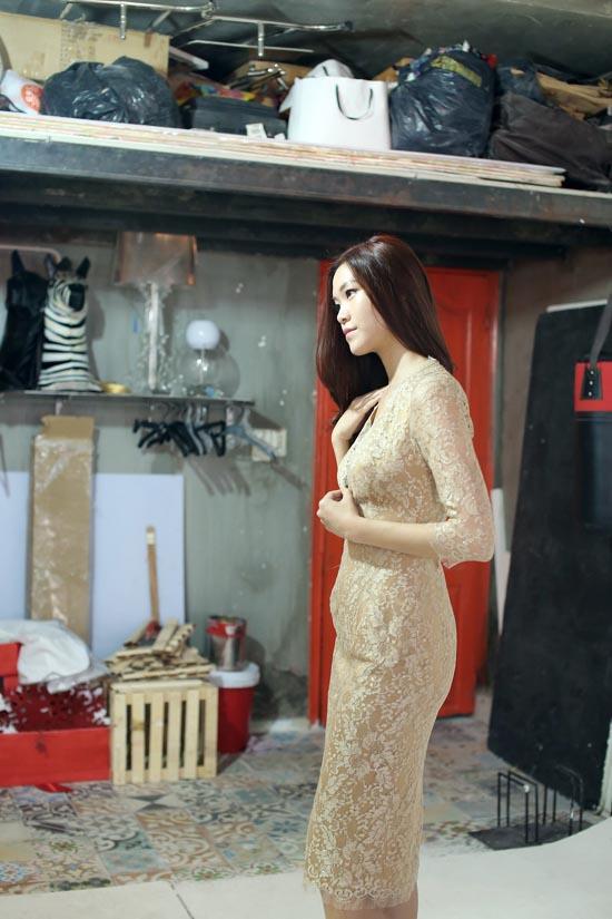 Tại buổi thử đồ, Thùy Dung chọn cho mình những bộ đồ có màu sắc, phong cách khác  nhau. Các bộ trang phục đều ôm bó sát người, tô điểm bằng chất liệu ren pha  họa tiết hiện đại kết hợp với truyền thống càng tôn lên vẻ đẹp của cô.