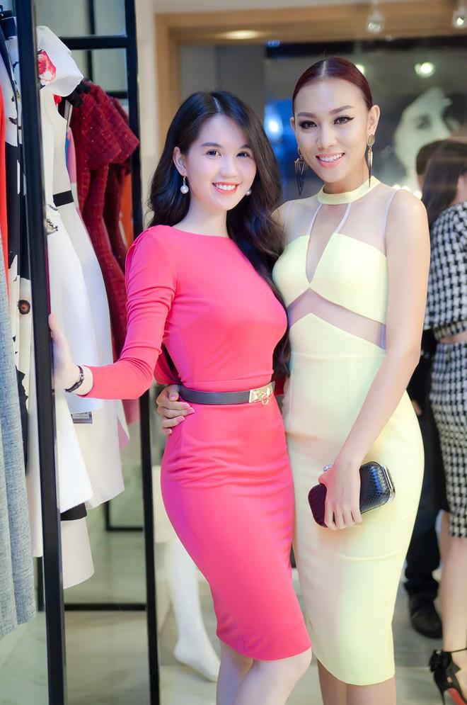 Người mẫu Diệu Huyền đến chung vui cùng đồng nghiệp. Nữ người mẫu cá tính quyết định chọn mua một số kiểu váy hợp phong cách.