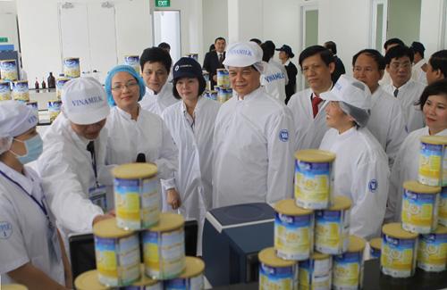 Thủ tướng Nguyễn Tấn Dũng trong lần đi thăm nhà máy sữa bột của Vinamilk