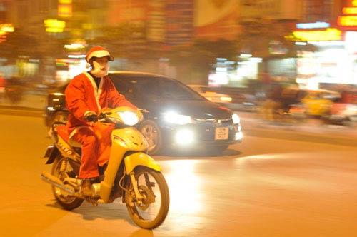 Càng gần ngày lễ Noel, dịch vụ chuyển quà càng đắt đỏ