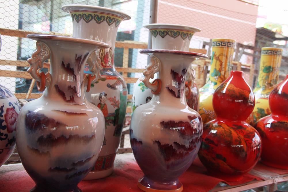 Rất nhiều các sản phẩm giống nhau cả về họa tiết trang trí và màu sắc, đối với gốm sứ Việt Nam do làm thủ công nên các họa tiết không thể giống nhau hoàn toàn.