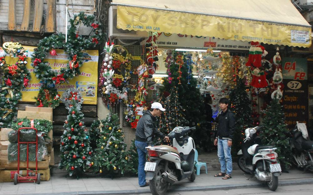 Hàng hóa Noel khoe sắc, làm nóng thị trường, sức mua năm nay giảm nhẹ nhưng vẫn được kỳ vọng đem lại khí thế mới cho mùa Kinh doanh dịp tết Giáp Ngọ 2014
