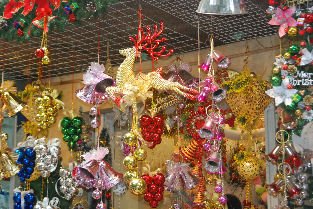 Những sản phẩm đặc trưng của lễ Giáng Sinh như chuông nhựa, hạt châu... đủ các loại mầu sắc rực rỡ