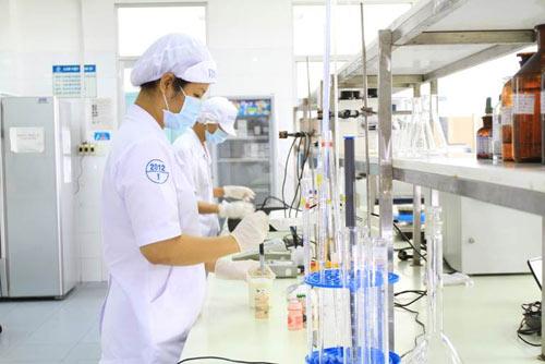Quy trình kiểm tra các sản phẩm của Vinamilk tuân thủ các tiêu chuẩn, chất lượng nghiêm ngặt. Ảnh: Q. T