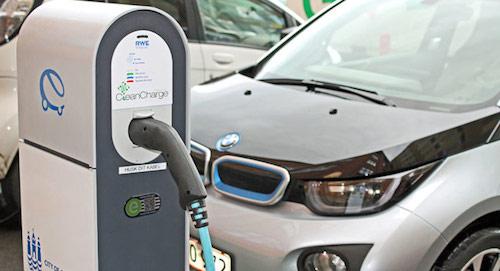 BMW vừa mới công bố rằng họ đang phát triển một công nghệ sạc DC (Direct Current) sử dụng dòng điện một chiều để rút ngắn thời gian sạc pin cho các loại xe điện của hãng. Cụ thể, thời gian sạc lên đến vài giờ khi sử dụng dòng điện xoay chiều (AC) sẽ được giảm xuống chỉ còn vài phút - một con số cực kỳ ấn tượng.