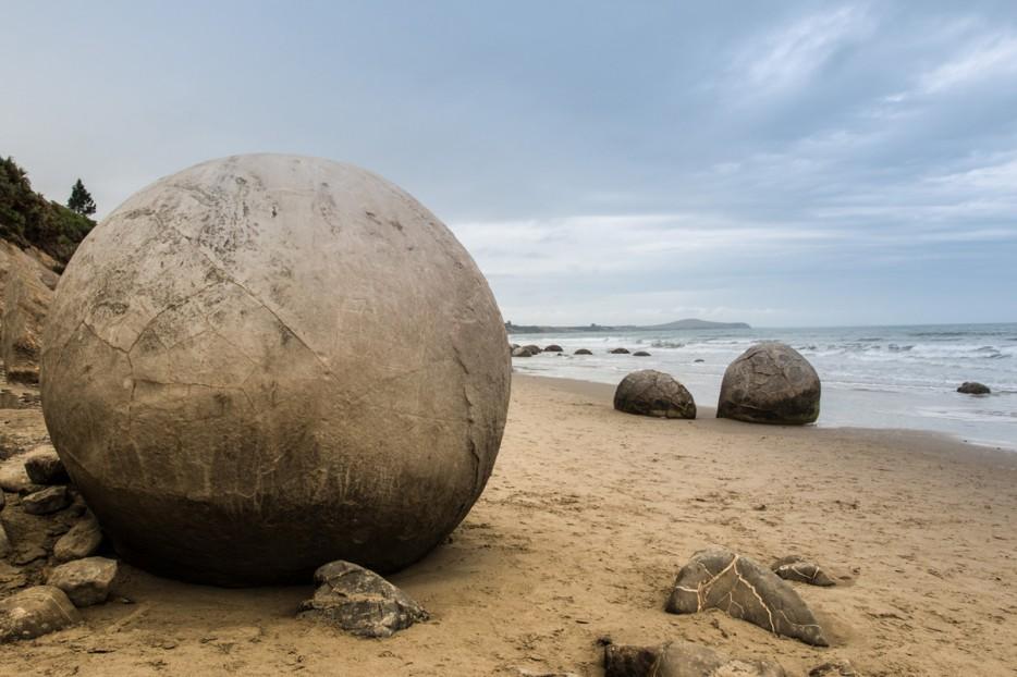 Những hòn đá Moeraki, New Zealand Những viên đá hình cầu này là những tảng đá khổng lồ và tự nhiên được hình thành tại bãi biển Koekohe. Hòn đá ban đầu được hình thành dưới đáy biển trong một quá trình lâu dài của trầm tích từ những hạt cát mà thành những viên đá cứng. Sau hơn 60 triệu năm xói mòn bờ biển đã tạo ra kiệt tác của thiên nhiên.