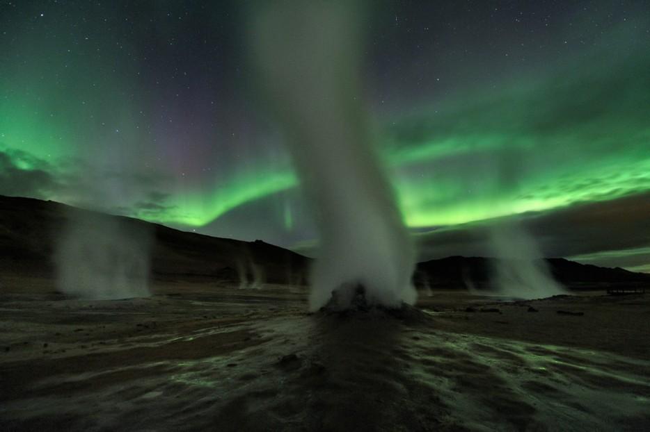 Địa nhiệt, Iceland Các địa nhiệt gần núi lửa hoạt động rất tích cực, mỗi ngọn tháp như những hơi nước phun lên một cách ma quái. Khí đốt tăng lên từ những lỗ nước và bùn đun sôi lên. Trông những Ngọn đèn phương Bắc như một thế giới xa lạ.