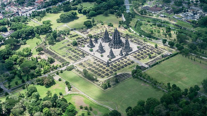 Toàn bộ quang cảnh của đền Prambanan (Indonesia) nhìn từ trên cao.