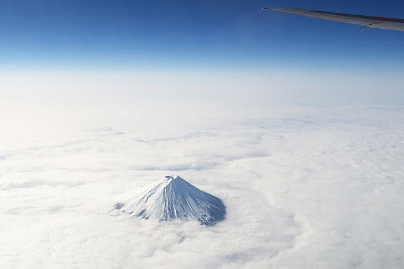 Đỉnh núi Phú Sĩ bao quanh bởi mây trắng xóa.